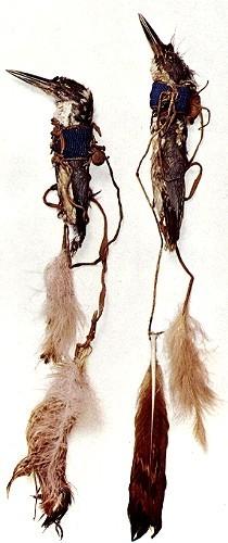 Talismane wie diese ausgestopften, mit Glasperlen und Federn geschmückten Eisvögel wurden im Kampf getragen.Der flinke Eisvogel symbolisierte Schnelligkeit, und der Krieger hoffte, mit Hilfe des Talismans Pfeilen zu entgehen.