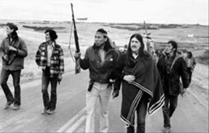 Peltier 1973 mit Aktivisten des AIM in Sueddakota