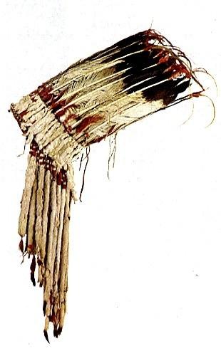 Der Blackfoot-Kopfschmuck wurde von angesehenen alten Kriegern auf Versammlungen und bei Siegesfeiern getragen.