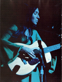 Buffy Sainte-Marie (Universal Soldier) auf dem Campus der University of Michigan, 1967. Sie wuchs in einem Cree-Reservat in Saskatchewan auf.