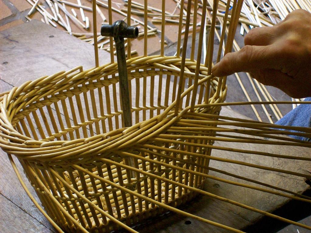 Fabriquer un panier l 39 oseraie de pen ar hoat vannerie - Decorer un panier en osier ...