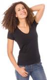 Junge Frau mit braunen Locken und strahlendem lächel, trägt ein tailliertes, weich fließendes, schwarzes T-shirt mit V-Ausschnitt