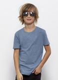 Junge mit blonden zerzausten Haaren und Fliegerbrille trägt ein lässiges  eisblaues T-Shirt