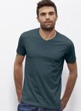 Mann trägt ein petrolgrünes T-shirt, dass um den Hals mit einer leichten V-Abnaht endet