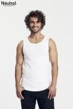 ein muskulöser Mann mit dunklen Locken und Bart trägt ein weißes Tanktop mit lässigem Schnitt