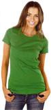 eine Frau trägt ein matt grünes T-shirt, das locker und doch tailliert geschnitten ist.