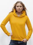 junge blonde Frau posiert mit sonnengelbem Kapuzenpullover