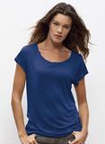 junge Frau trägt eine elegant fallende, königsblaue Tunika