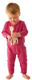 Kleines Kind mit einem magenta farbenen langärmeligen und langbeinigen Body (jumpsuit) mit aufgestickter Giraffe