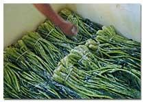 店主自ら、平釜でゆっくりと煮詰めニガリ(ミネラル)など豊富な「鳴門の天日塩」を使用して仕上げ