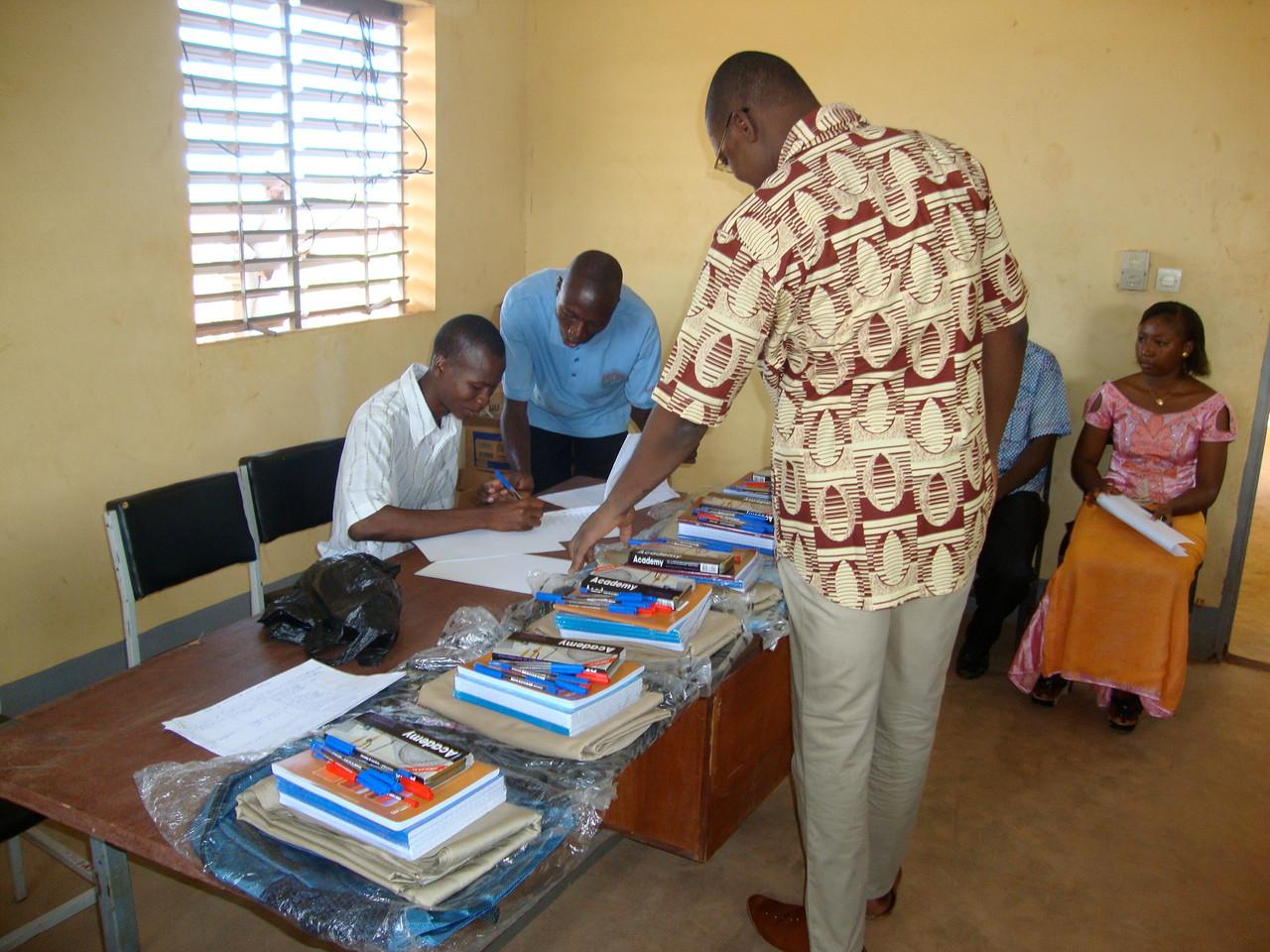 Répartition des kits scolaires sous la direction de l'Action sociale