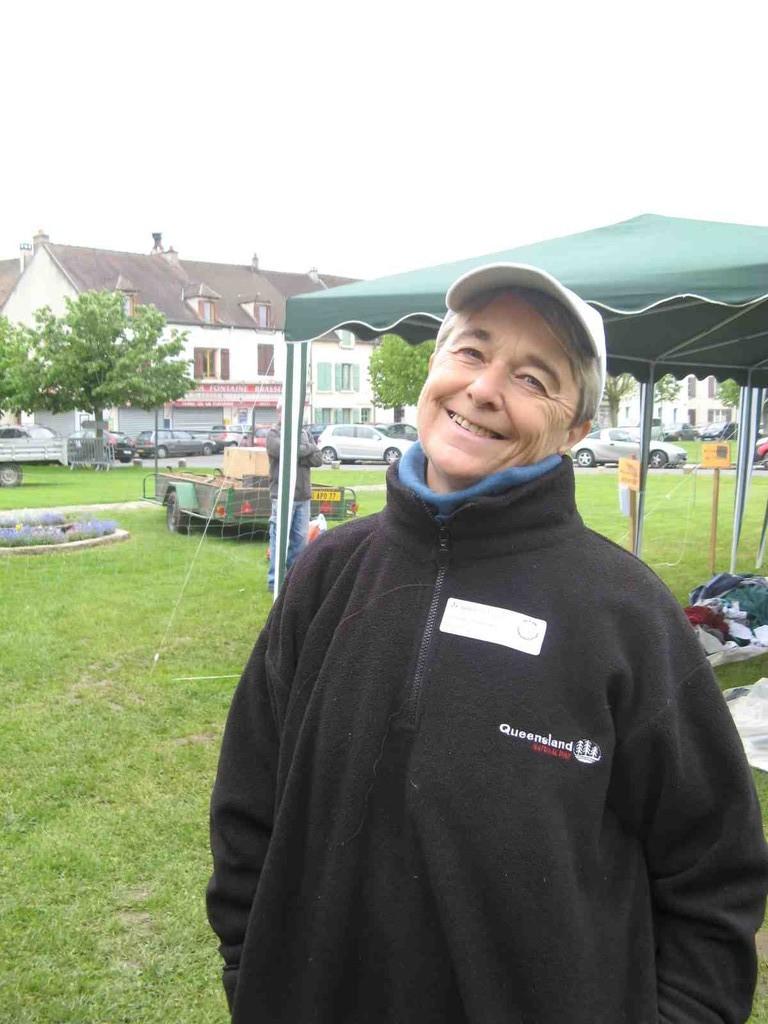 Le sourire de Geneviève ...tout est installé! et la pluie de nous a pas dérangé!