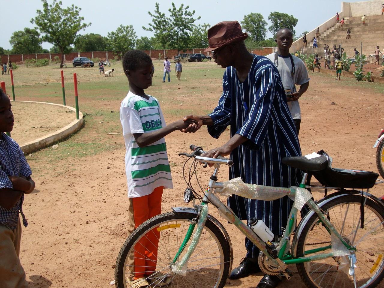 remise de vélo à un élève