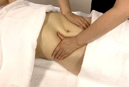 1.オイルを腹部に塗布し全体を優しく流します