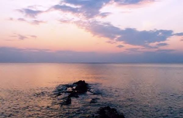 KAPITEL I Der Strand von Aleria / Cateraggio, die Mole zwischen Diana Hafen und Meer, Blick vom Genueser Turm aus, hier beginnt der Roman, auf der Piste die zum Genueserturm führt. Kapitel I