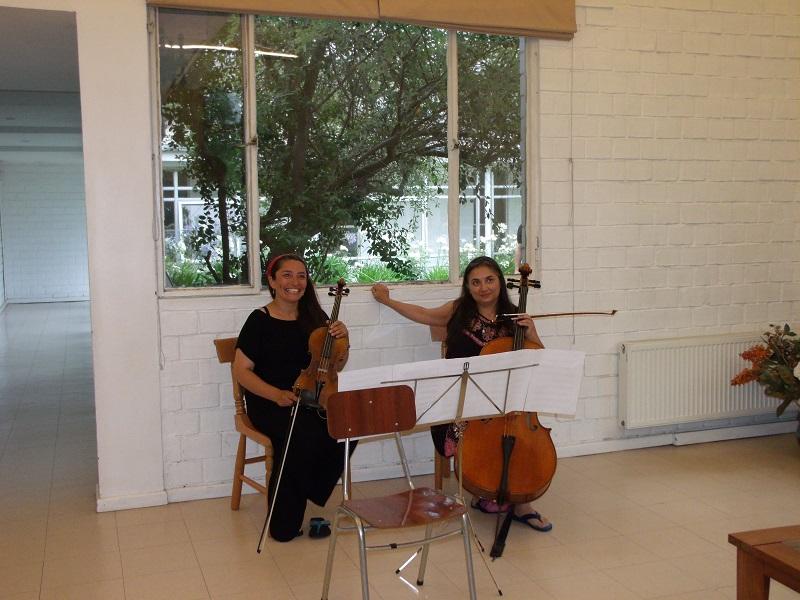 Polonia Sienkevich Maestra de Chelo, Carolina López Directora de Orquesta.