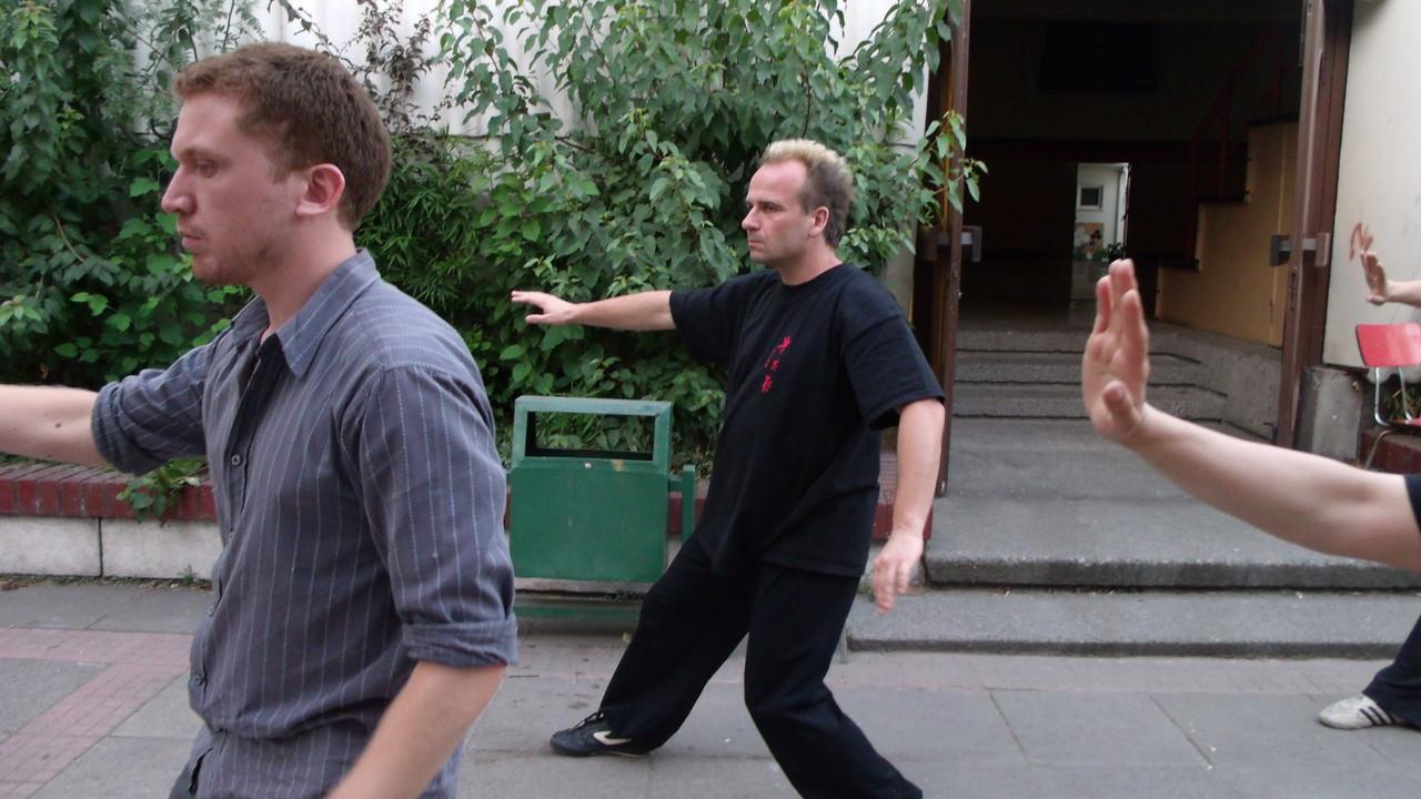 """Movimiento """"Caminar atrás enrollando los brazos"""""""