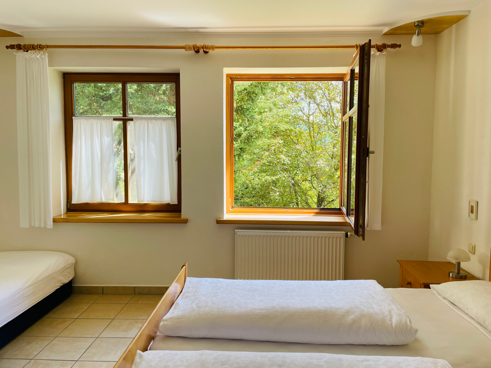Schlafzimmer mit drei Betten