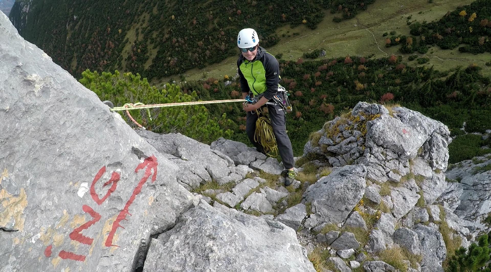 Sebastian beim Abseilen vom Gipfel der Ruchenköpfe