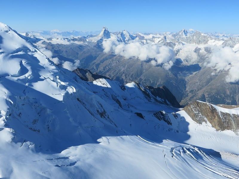 Blick rüber zum Matterhorn (Bildmitte) rechts ganz hinten der weiße Fleck - der Mont Blanc, links davor der Dent Blanch. Links der Festigrat vom Dom und unten das Festijoch, durch welches der Aufstieg zum Dom erfolgt