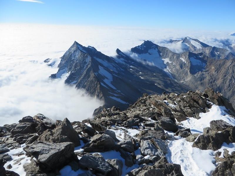 Über den Wolken (Teil 2) - Blick zurück zum Zwischenbergenpass - wir stehen kurz vorm Gipfel