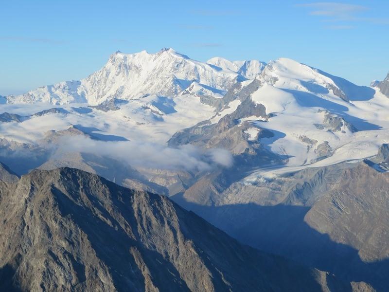 Gruß rüber zu den Giganten des Monte Rosa (links Signalkuppe, dann Zumsteinsitze (weiße Kuppe), dann felsige Dofourspitze, davor weiße Kuppe Nordend, dann in Lücke der Lyskamm, rechts im Vordergrund Strahlhorn