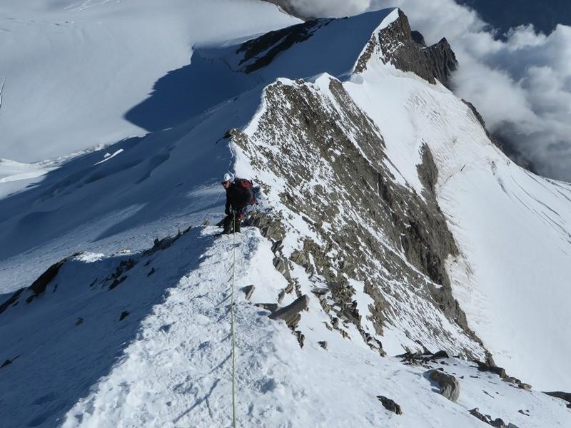 wieder runter zum Windjoch (darüber das Ulrichshorn mit 3925m), dann ging es rechts den Firnhang runter auf das Gletscherplateau