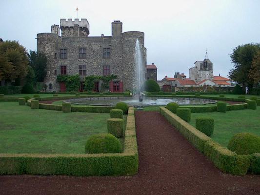 Chateau d'Opme Façade et jardin