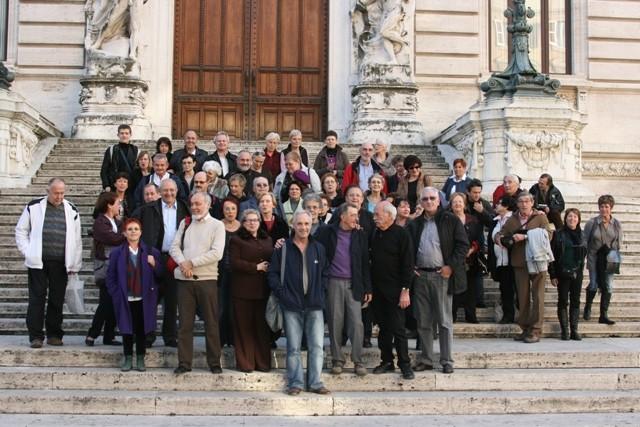 Le groupe devant le Parlement avec les amis italiens