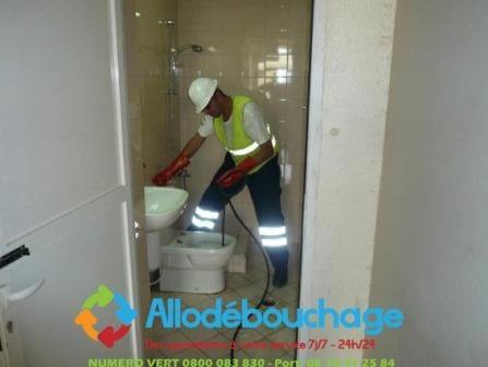 Technicien Allo Debouchage lors d'un debouchage de WC