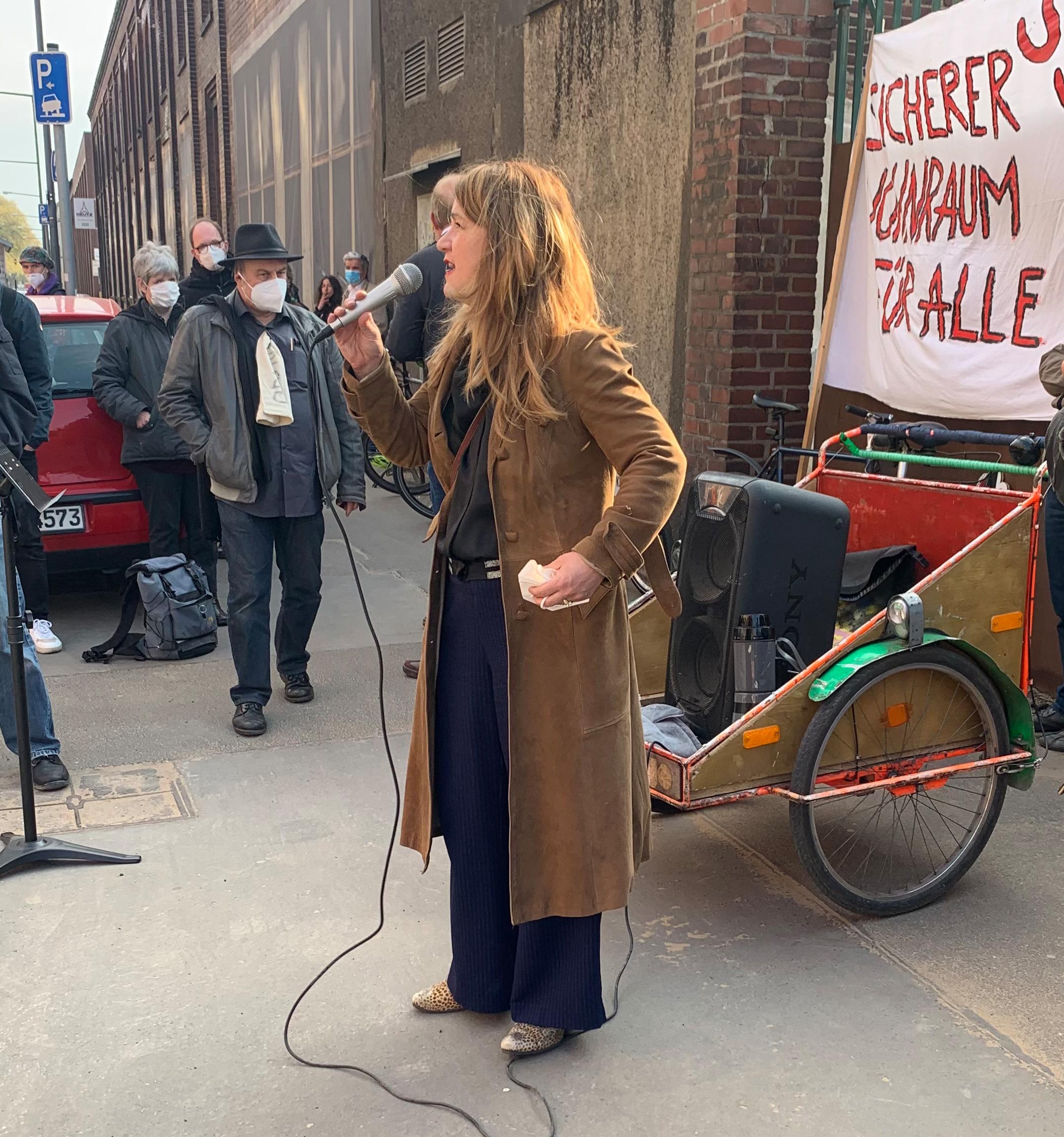 Anja Kolacek bei der Kundgebung an der Deutz-Mülheimer Straße am 29. April 2021.