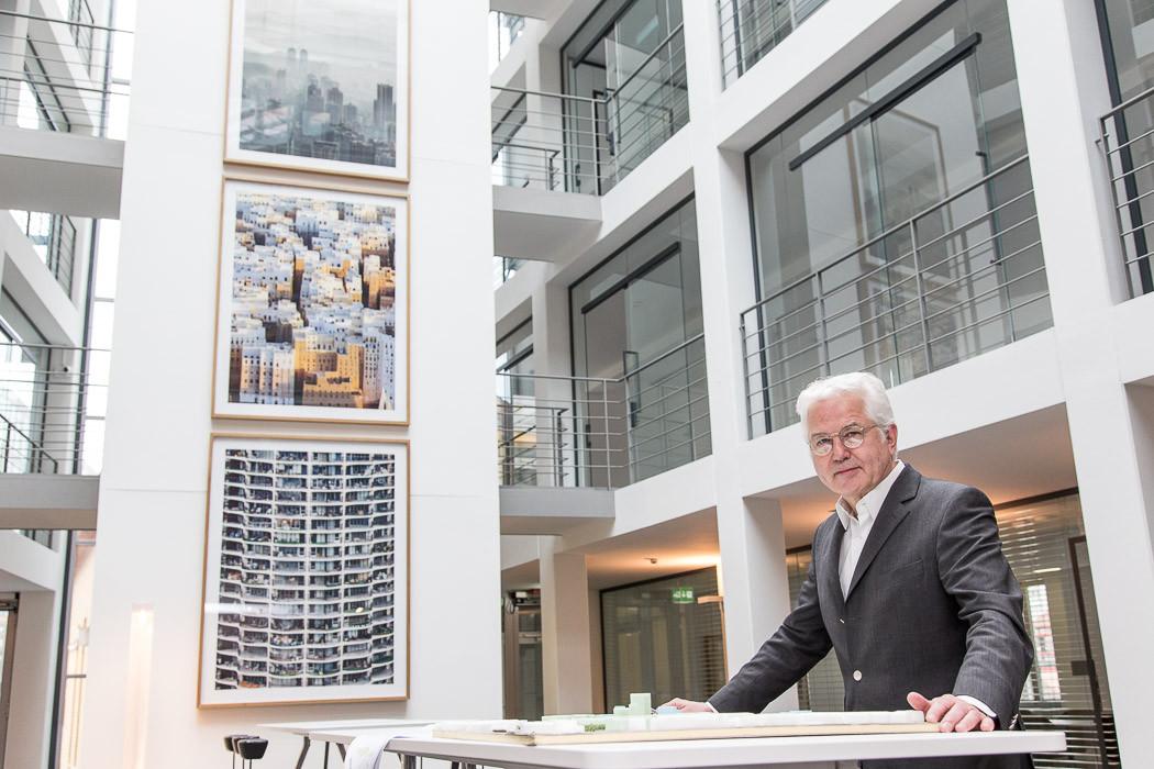 Michael Zimmermann im zentralen Meetingbereich seines Büros im Hafenamt