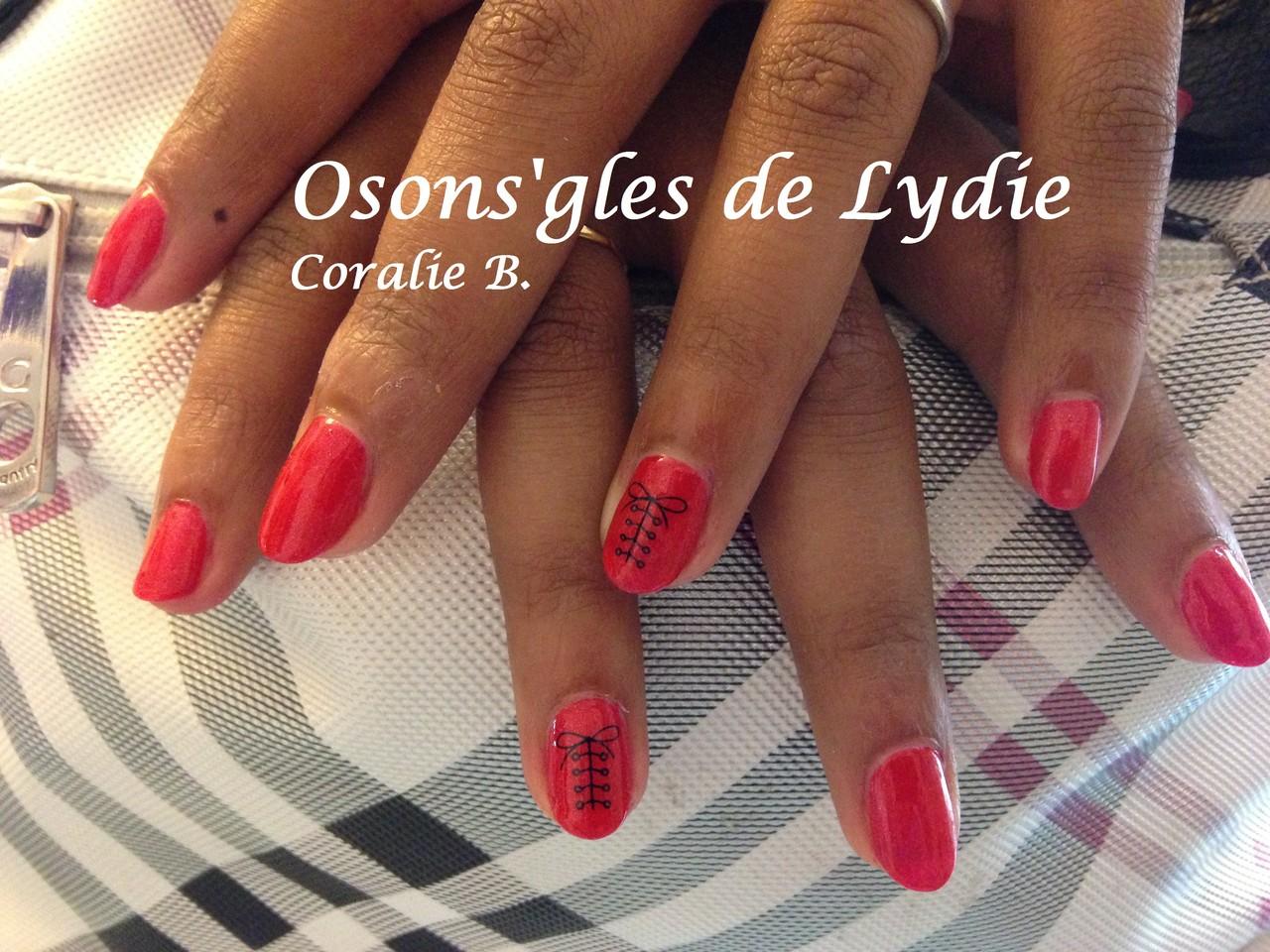 Vernis semi permanent rouge sur ongles naturels.  Coralie
