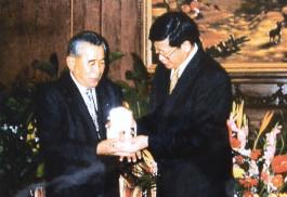 2000年大連市栄誉公民賞授与(李永金元大連市市長)