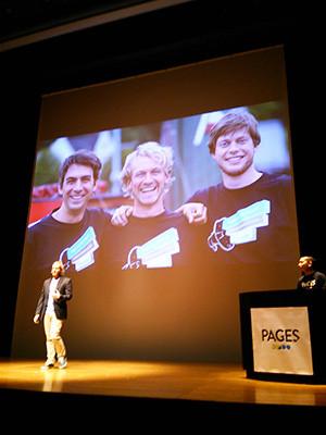 創業者3人のスライドを前に講演をするクリス氏