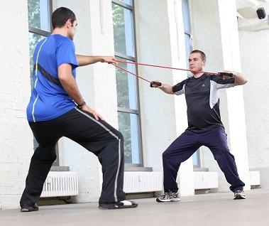Um die richtige Technik des Krafttrainings zu lernen, sollte jeder Anfänger die Hilfe eines guten Trainers in Anspruch nehmen.