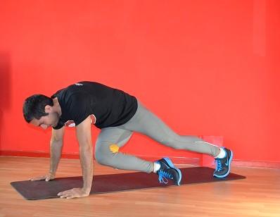 """Die Kräftigung der rumpfstabilisierenden Muskulatur, wie hier z.B. der """"Liegestütz mit diagonalem Beinzug"""", gehört für jeden Ausdauersportler ins Trainingsprogramm dazu."""