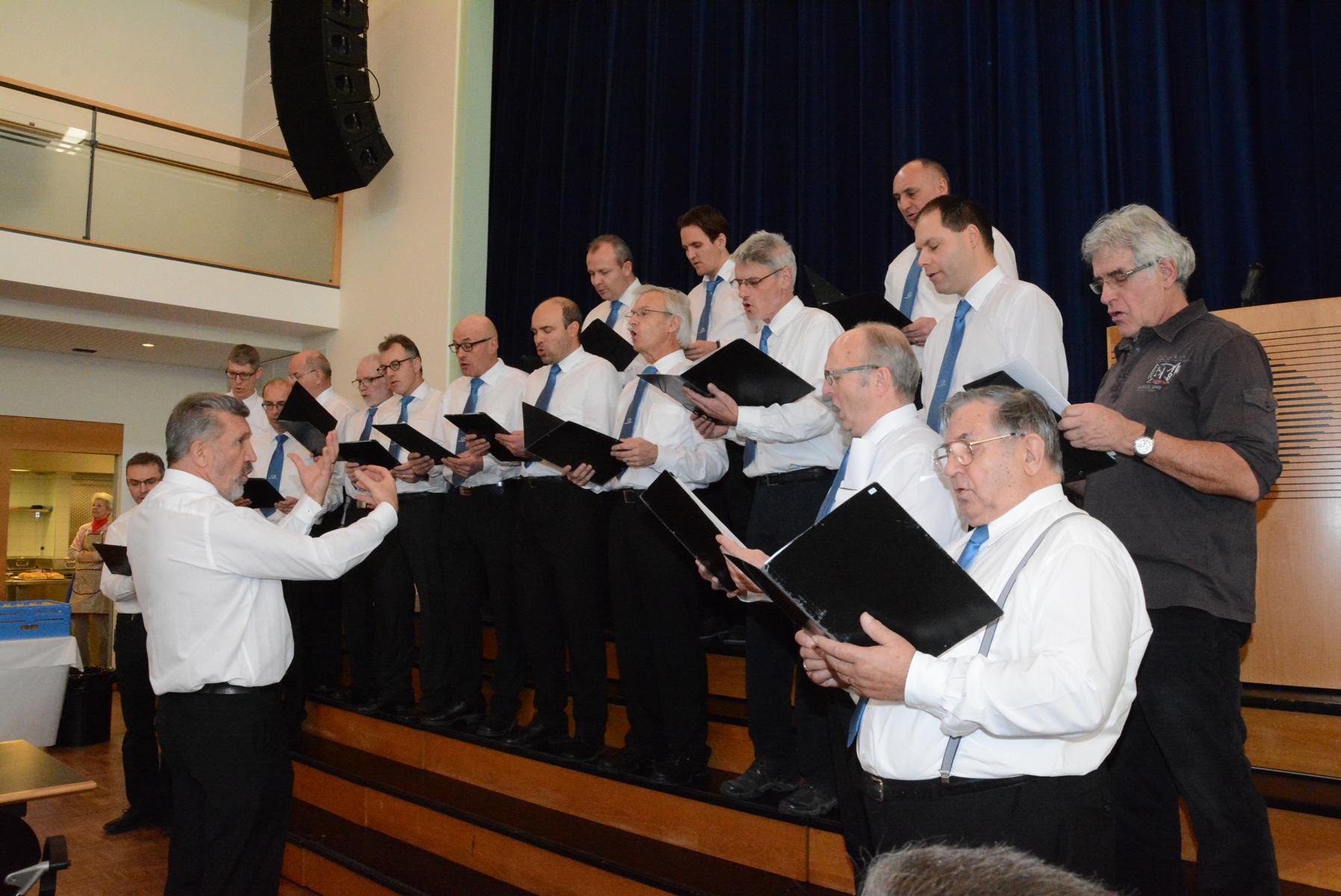 Zur Einstimmung in den Nachmittag singt der Männerchor 2 Lieder