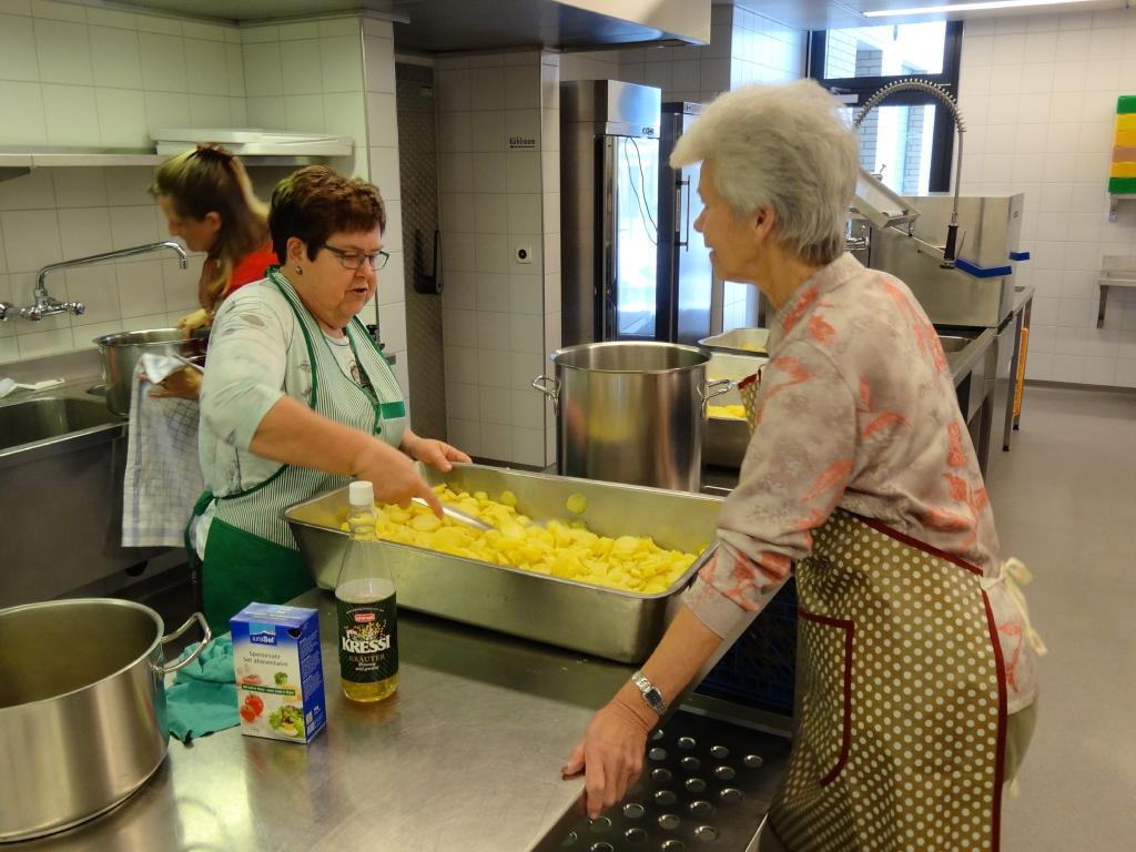 Hanni bereitet den Kartoffelsalat vor