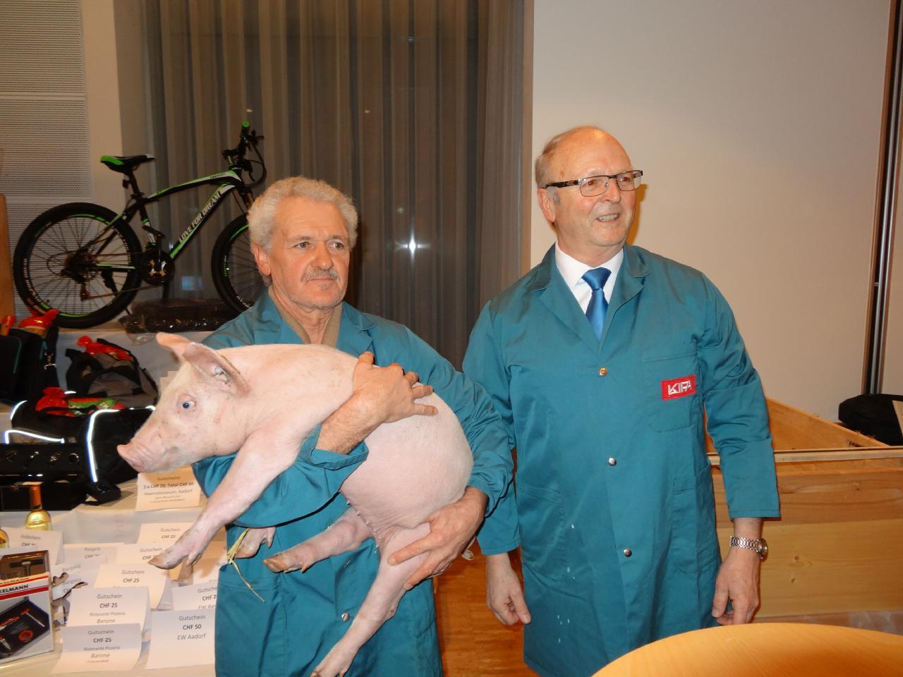 Der glückliche Gewinner Aemisegger Joe, Niederuzwil mit einem seiner Säuli