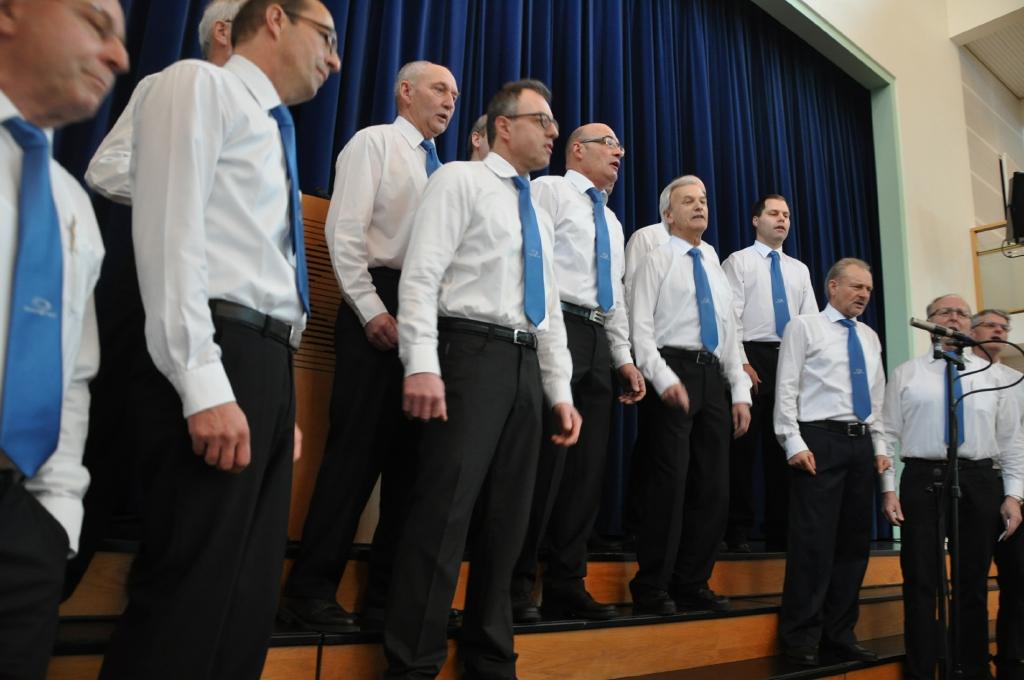 Der Männerchor Aadorf eröffnet mit zwei Liedern