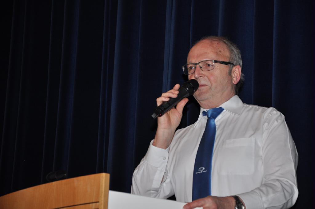 Spielleiter Hansjörg Nägeli erklärt die Jassregeln