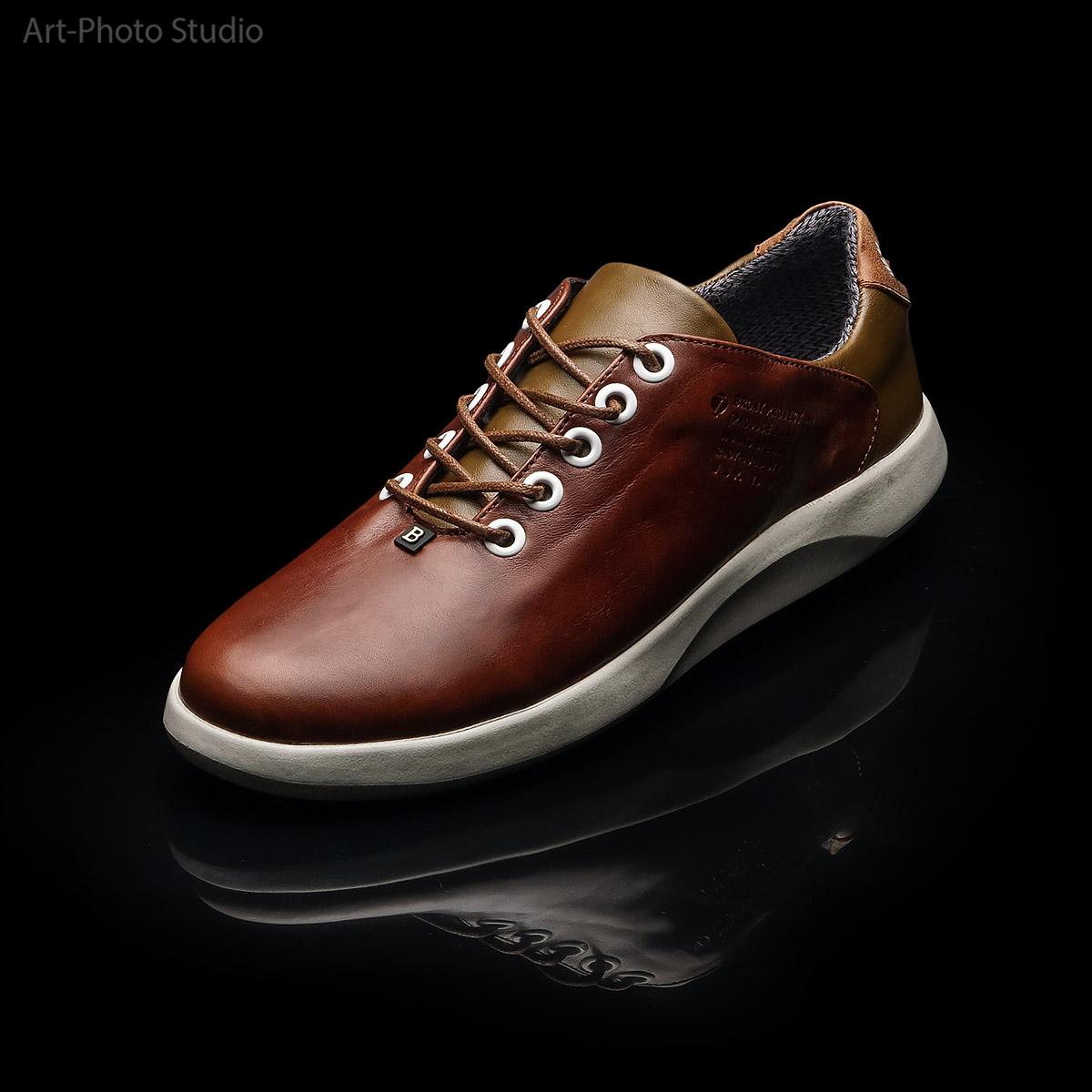 рекламная съемка обуви на черном фоне с отражением