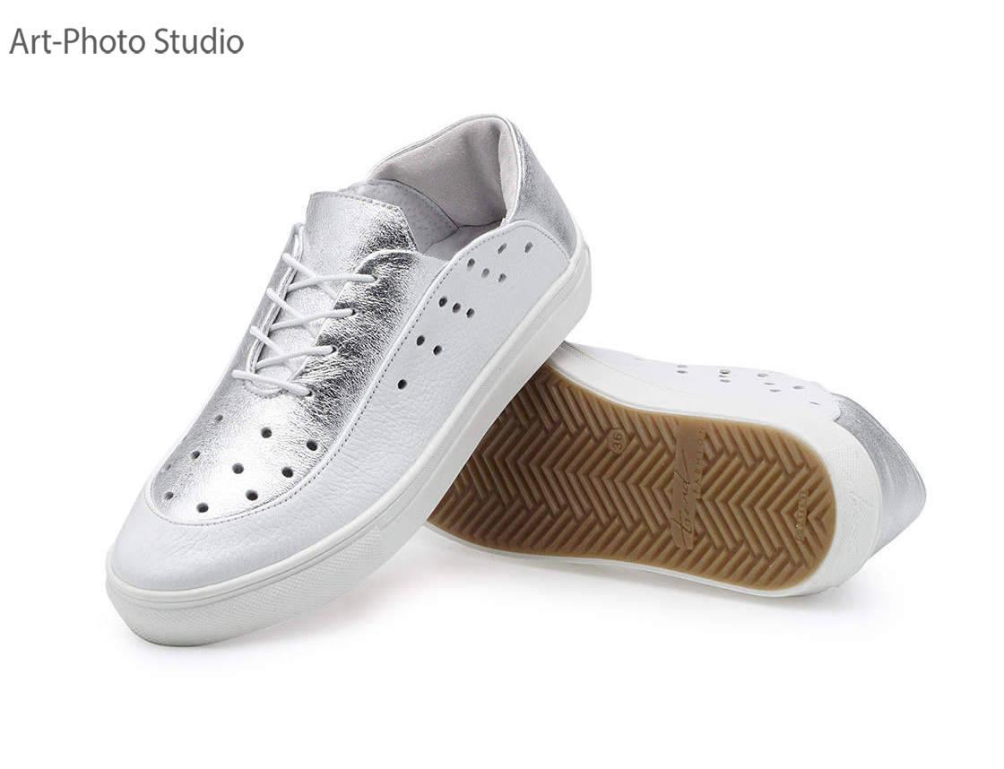 предметные фотографии белой и серебристой спортивной  обуви