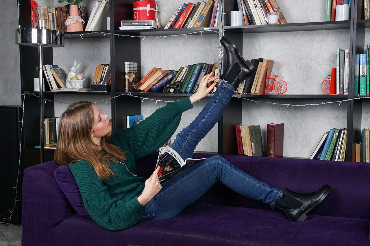 девушка-модель рекламирует обувь