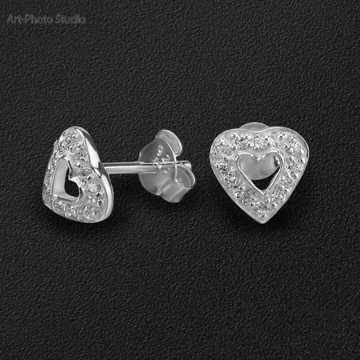 фото ювелирных украшений - серьги-гвоздики из серебра на черном фоне