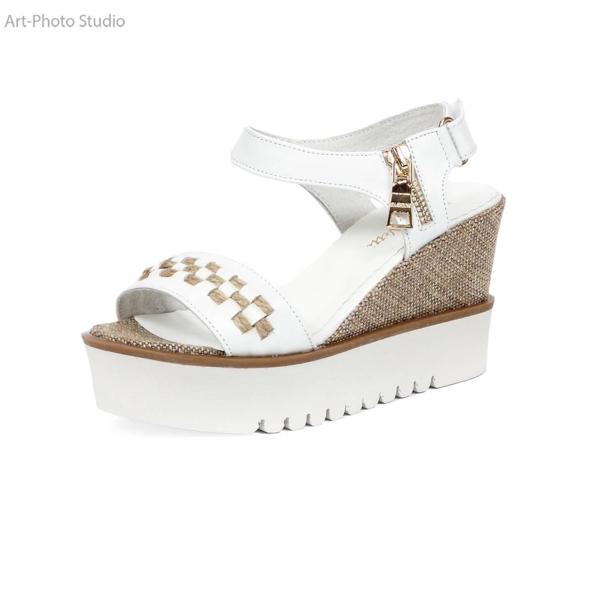 предметное фото обуви белого цвета