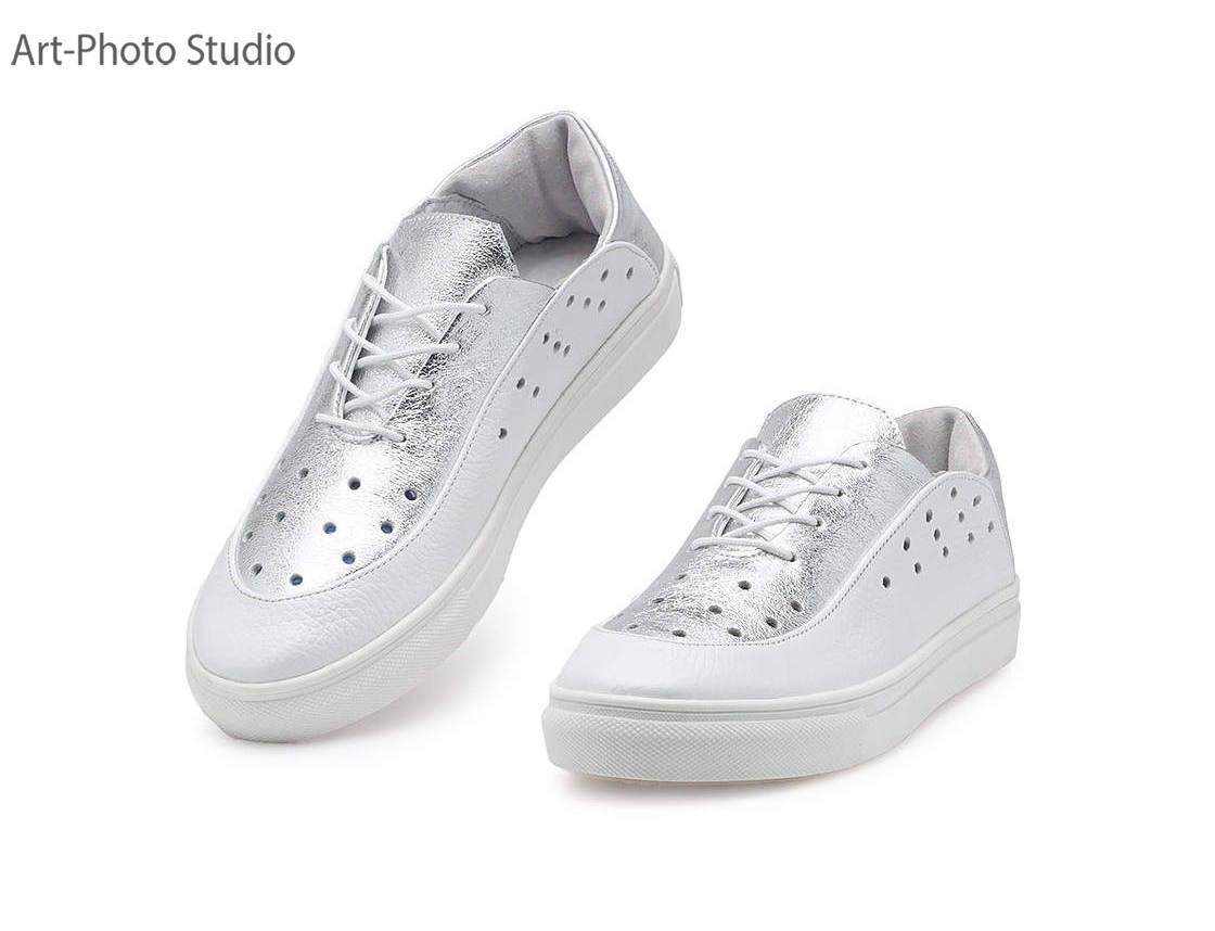 фото  белой и серебристой спортивной  обуви для женщин