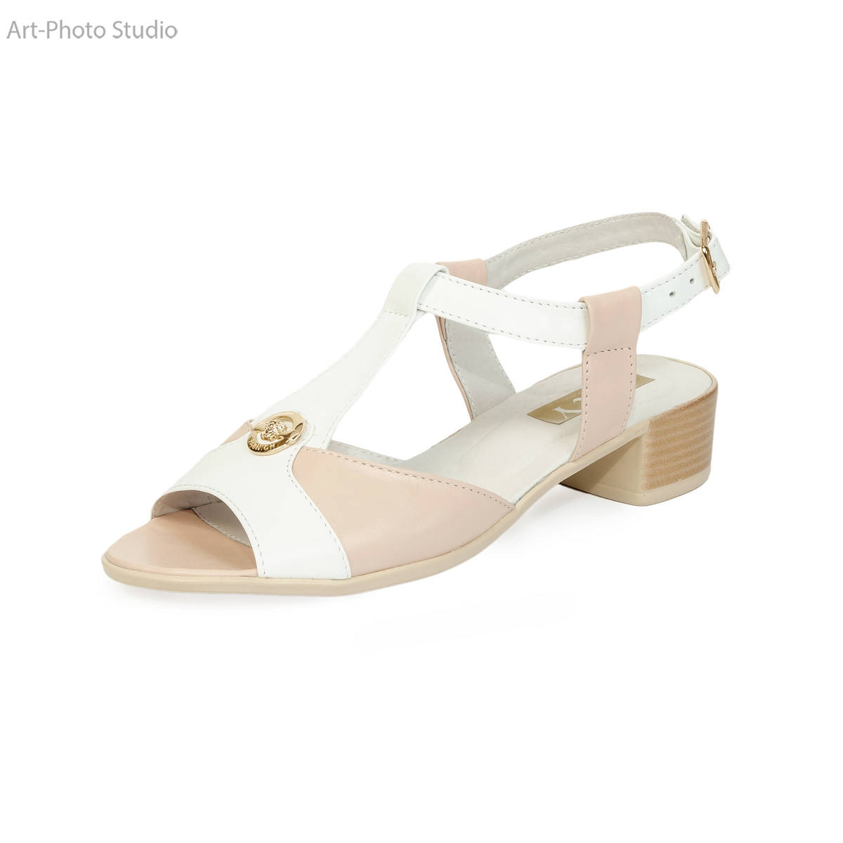 предметная съемка обуви белого цвета