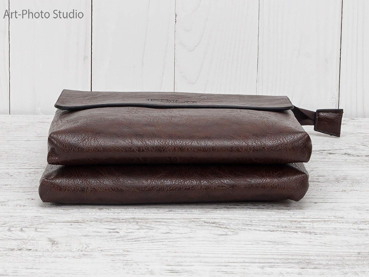 фотография предмета на деревянном фоне - мужская сумочка